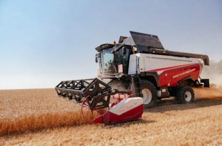Новый комбайн Т500 приступил к уборке пшеницы на полях Ростовской области